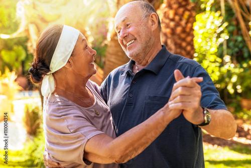 Foto op Plexiglas Dance School Senioren Paar tanzen im Sommer
