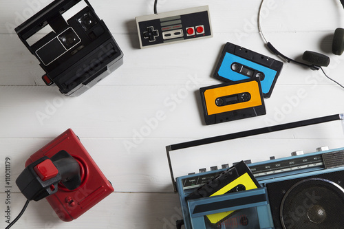 Fotografia  80s passions / overhead of a series of electronic equipment in vogue in the 80s