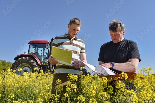 Foto  Ackerbau - Flächenprämie, Fachberater und Landwirt im Rapsfeld