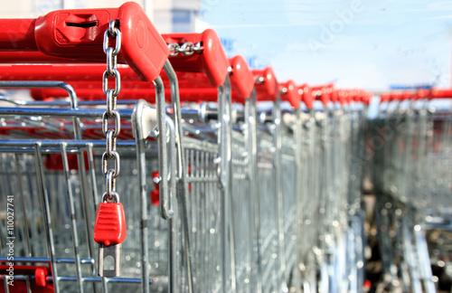 Einkaufswagen aufgereiht