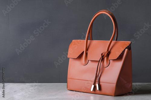 Photo  women leather handbag on gray background