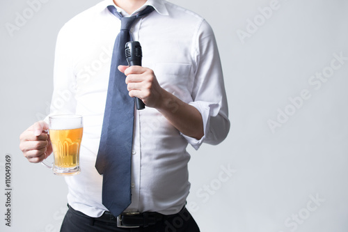 Fotografie, Obraz  マイクとビール・男性サラリーマン(白バック)