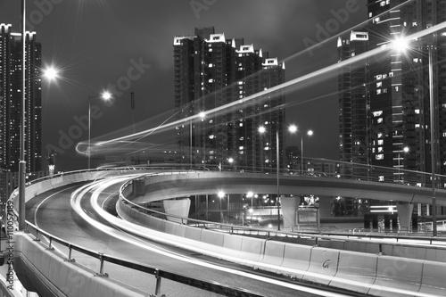 nocny-ruch-w-miescie-miejskim