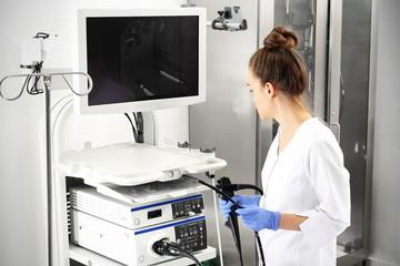Lekarz gastrolog z sondą do wykonywania gastroskopii i kolonoskopii