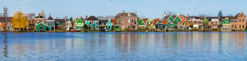 Fotografía  Panorama with row of old dutch green traditional houses in town Zaanse Schans in