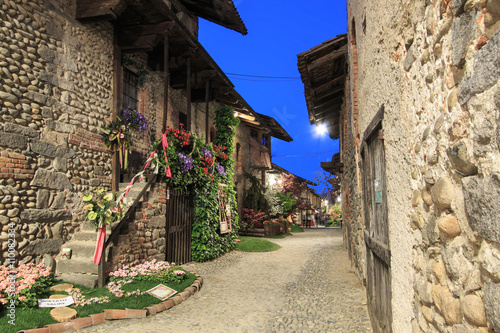 Photo Candelo, Biella - May 4, 2016: View form the inside of the Medieval village of Ricetto di Candelo in Piedmont, used as a refuge in times of attack during the Middle Age