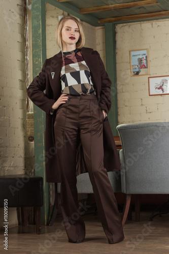 Fotografie, Obraz  красивая девушка в пальто в интересном интерьере ресторана