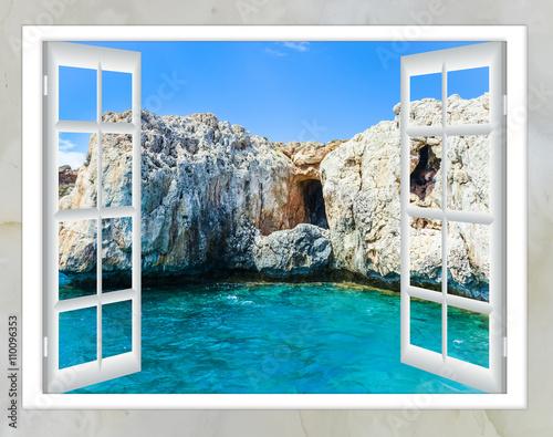 Widok na ocean z okna na wyspie słoneczny letni dzień