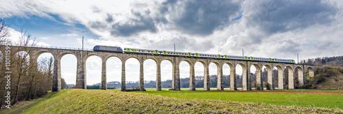 Obrazy na płótnie Canvas Panorama, Eisenbahn auf Viadukt