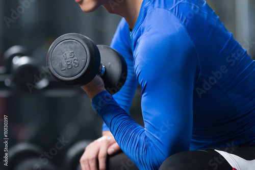Photo  young asian man working out in modern gym