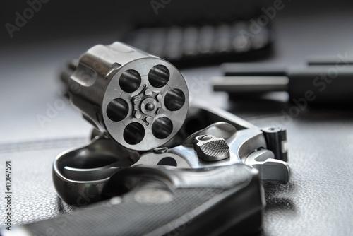 Fotografie, Obraz 0,357 Caliber Revolver pistole, Revolver otevřít připraveni dát kulky
