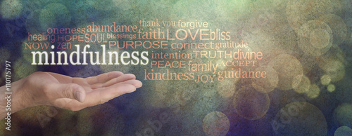 Foto  Mindfulness Word Cloud Grunge Banner  - male hand palm up with a white MINDFULNE