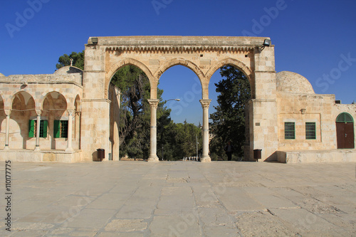 Fotografie, Obraz  Arched colonnade and small building along the square on the Temple Mount in Jerusalem, Israel