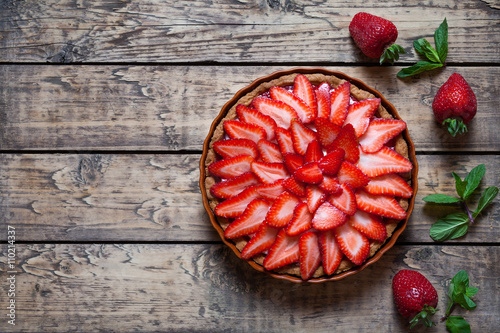 Photo  Strawberry tart with cream and mint traditional summer sweet pastry fruit desser
