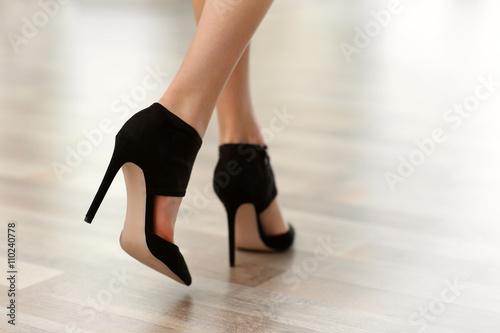 Fotografia  Woman wearing black high heels.