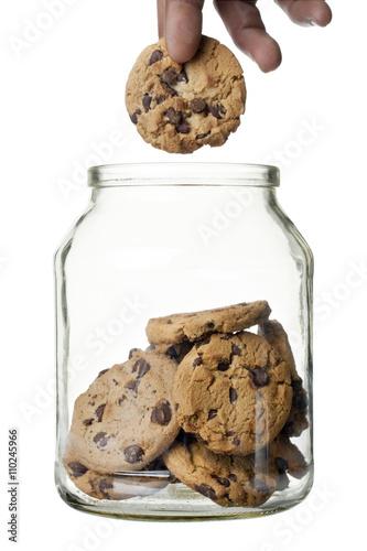 Photo chocolate chip cookies with glass jar
