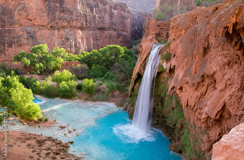 Montage in der Fensternische Wasserfalle A view of Havasu Falls from the hillside above the falls. The turquoise colored water flowing in to the pool below is surreal and one of a kind in the desert of Arizona