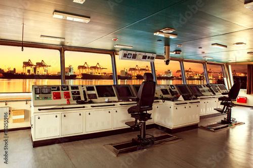 Fotografía  wheelhouse control board of modern industry ship approaching to
