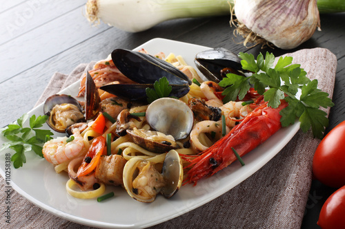 Italian pasta with seafood, mussels, clams, shrimp and squid Billede på lærred