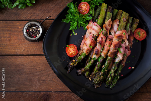 Fotografía  Grilled violet asparagus wrapped with bacon. Top view