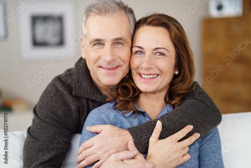 Photo  sympathische ehepaar umarmt sich