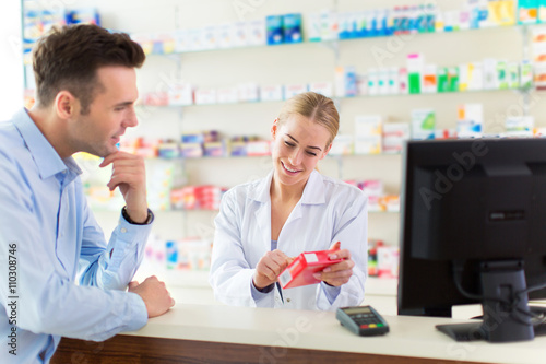 Tuinposter Apotheek Pharmacist and client at pharmacy
