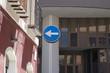 Cartello stradale di divieto di direzione obbligatoria in contesto urbano