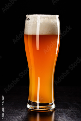 szklo-piwa-na-czarno-napoj-barowy-piwo-pecherzyki-zblizenie