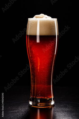 szklanka-do-piwa-z-drops-na-czarny-swiezy-duza-piwa-piwo