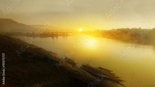 Montage in der Fensternische Gelb Sunrise over the Mekong River at Khong Chiam district, Thailand