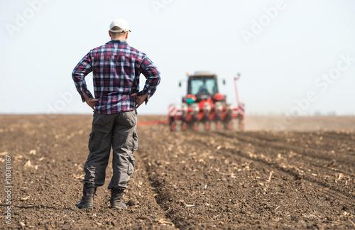 young farmer on farmland Fototapet