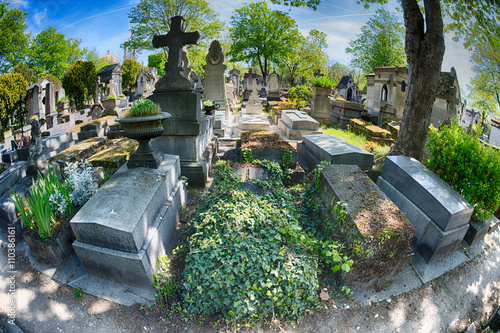 PARIS, FRANCE - MAY 2, 2016: old graves in Pere-Lachaise cemetery Tablou Canvas