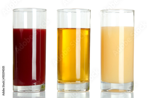 Poster Sap glass glasses with juice on white isolated background