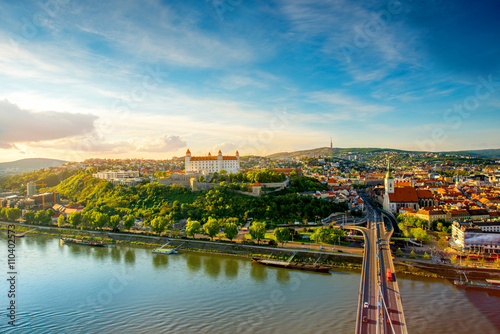 Photo Bratislava aerial cityscape view on the old town with Saint Martin's cathedral, castle hill and Danube river on the sunset in Slovakia