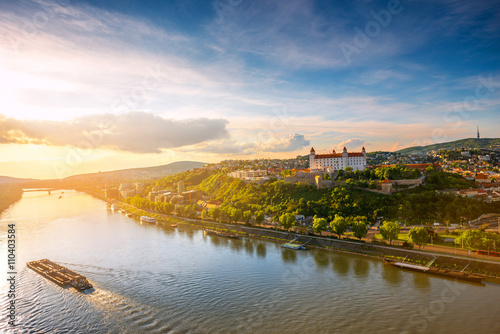 Photo  Bratislava aerial cityscape view on the old town with, castle hill Danube river