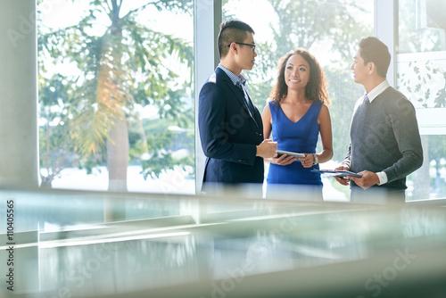 Talking coworkers Canvas-taulu
