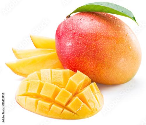 Cadres-photo bureau Fruits Mango fruit and mango slices on a white background.