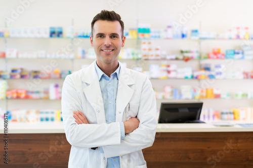 Photo sur Toile Pharmacie Pharmacist in drugstore