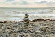 Пирамида из морских камней на пляже