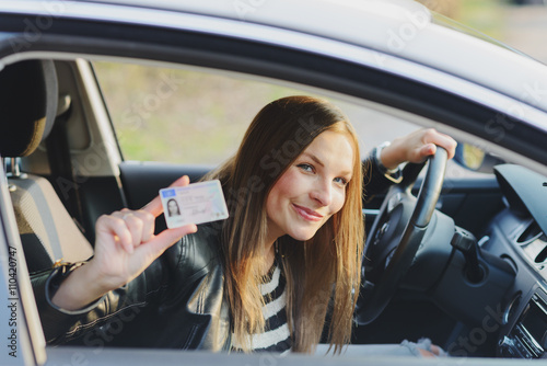 Fotografía  Attractive young woman proudly showing her drivers license