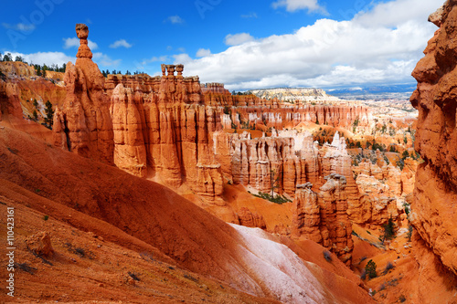 Fotomural Scenic view of stunning red sandstone hoodoos in Bryce Canyon National Park