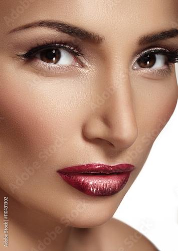 Foto op Plexiglas Beauty girl with bright red lipstick