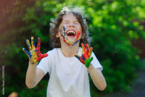 Fotografie, Obraz  The boy laughs, his face and hands in the paint