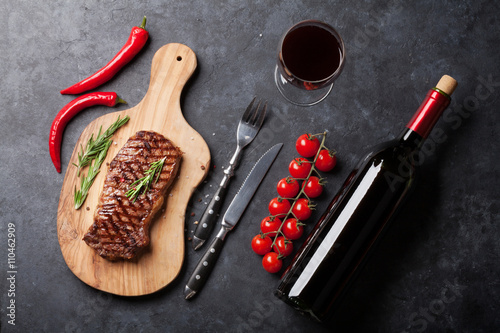 Grilled striploin steak and wine Tablou Canvas