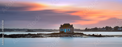 House on the water in Saint Cado, Brittany, France Fotobehang