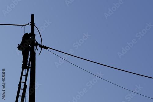 Fotografia, Obraz  silhouette elettricista uomo al lavoro, nero scontornato su sfondo