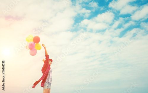 Photo  Teenage girls holding colorful balloons in the bright sky and sm