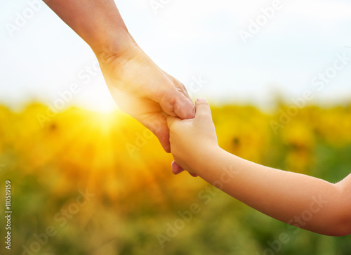 Fotografía  Hands of mother and daughter