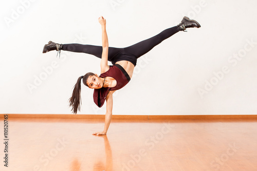 Fényképezés  Hispanic dancer doing a handstand and leg split