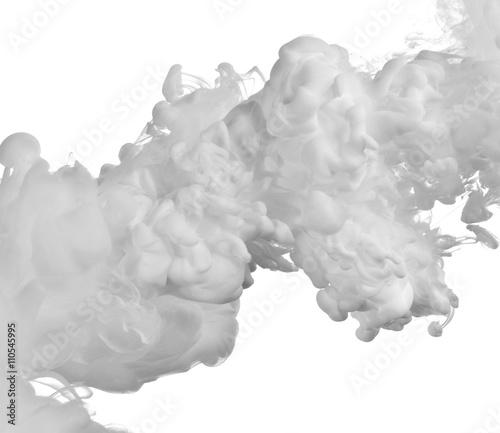 biala-farba-rozlana-w-wodzie-wyizolowana-na-bialym-tle-abstrakcja